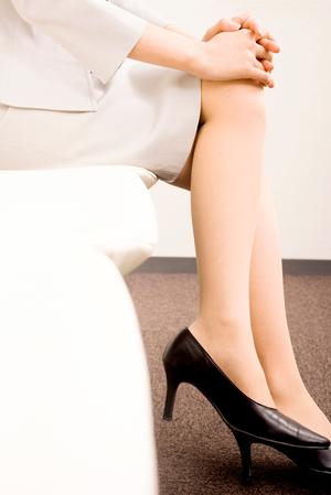 足を組む女性の足のアップ